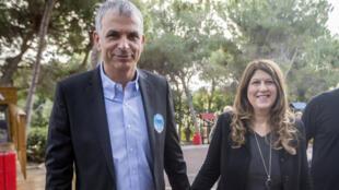 Moshé Kahlon et sa femme arrivent au bureau de vote de Haïfa, le 17 mars 2015.
