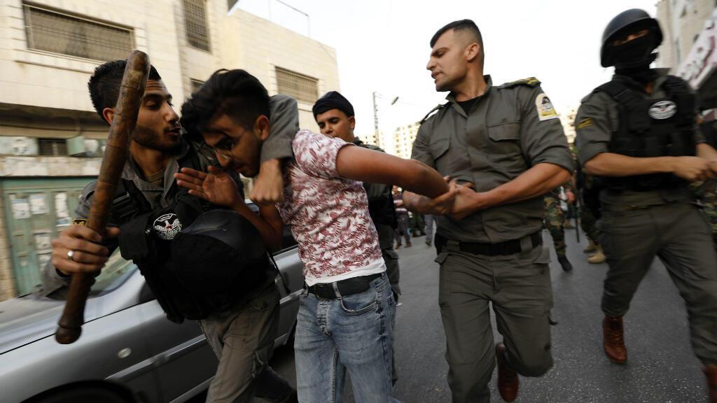 Miembros de las fuerzas palestinas arrestan a miembros del Hizb ut-Tahrir por rezar el Eid al Fitr en Hebrón, Cisjordania, este martes 4 de junio de 2019.