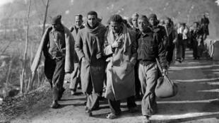 Una foto de febrero de 1939 en la que soldados republicanos españoles huyen de España y llegan a Francia después de la victoria del general Franco durante la Guerra Civil española.