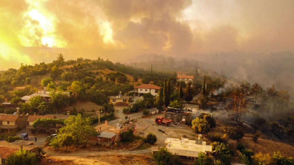 Plusieurs pays du sud de l'Europe touchés par les incendies, villageois et touristes évacués