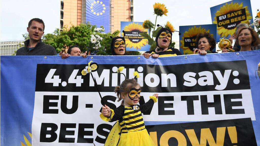 À Bruxelles, le 27 avril, des manifestants appellent la Commission européenne à bannir les néonicotinoïdes.