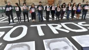Des journalistes manifestent contre les violences et les meurtres au Mexique, le 1er juin 2018 devant le Palais national à Mexico