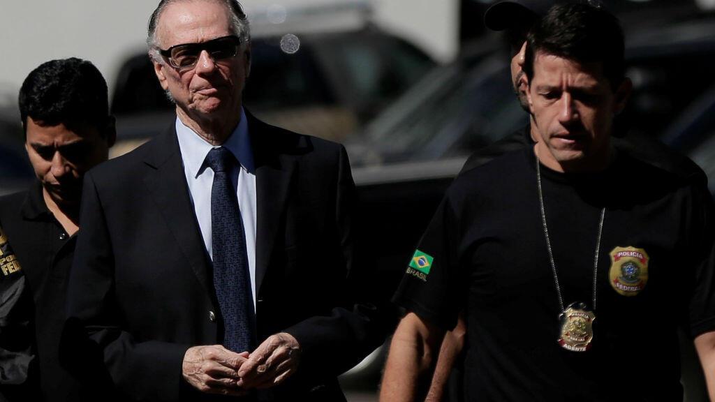 Carlos Arthur Nuzman escoltado por la policía de Río de Janeiro, el día que fue arrestado por corrupción.