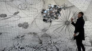 Un visitante contempla la obra del artista argentino Tomás Saraceno durante la FIAC.