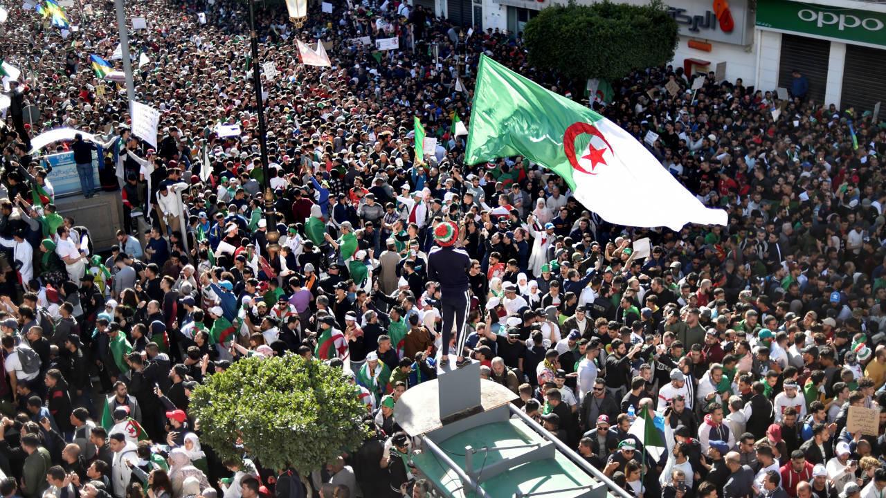 Des Algériens manifestent contre Abdelaziz Bouteflika, le 15 mars 2019, dans les rues d'Alger.
