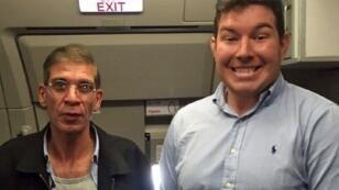 الشاب البريطاني يمينا إلى جانب مختطف الطائرة المصرية
