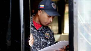 Un policía lee el texto de la llamada ley de amnistía, aprobada por la Asamblea Nacional de Venezuela. Caracas, Venezuela, el 27 de enero de 2019.