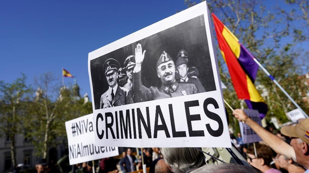Un manifestante lleva una pancarta durante una protesta frente al Tribunal Supremo pidiendo al Gobierno que prohíba el entierro del dictador español Francisco Franco en la Catedral de la Almudena de Madrid. 24 de septiembre de 2019.