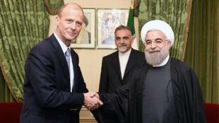 Le PDG d'Airbus, Thomas Enders, échange une poignée de main avec le président iranien Hassan Rohani