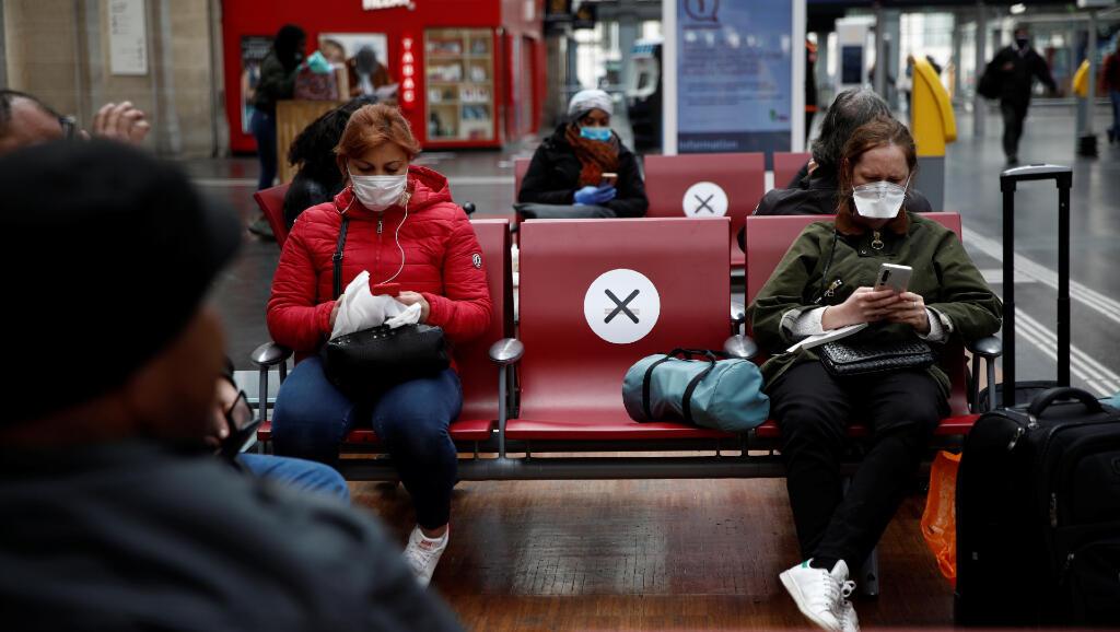 Estas señales de distanciamiento social están en los asientos de la estación de tren Gare de l'Est en París, Francia, el 5 de mayo de 2020 como parte del plan de desconfinamiento.