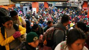 Miles de migrantes que forman parte de una caravana, desde Centro América hacia Estados Unidos, usaron el metro para dirigirse a Querétaro desde la Ciudad de México, México, el 10 de noviembre de 2018.