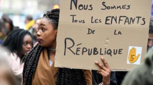 Une manifestante défilant contre les violences policières en réaction à l'affaire Théo, dimanche 12 février 2017, à Bordeaux.