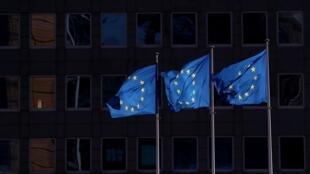أعلام الاتحاد الأوروبي أمام مقر المفوضية الأوروبية في بروكسل، 19 فبراير/شباط 2020.