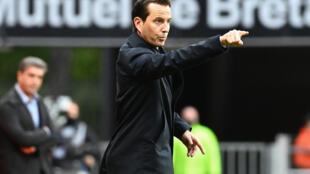 L'entraîneur du Stade Rennais Julien Stéphan replace ses joueurs lors du match contre Reims au Roazhon Park, le 4 octobre 2020