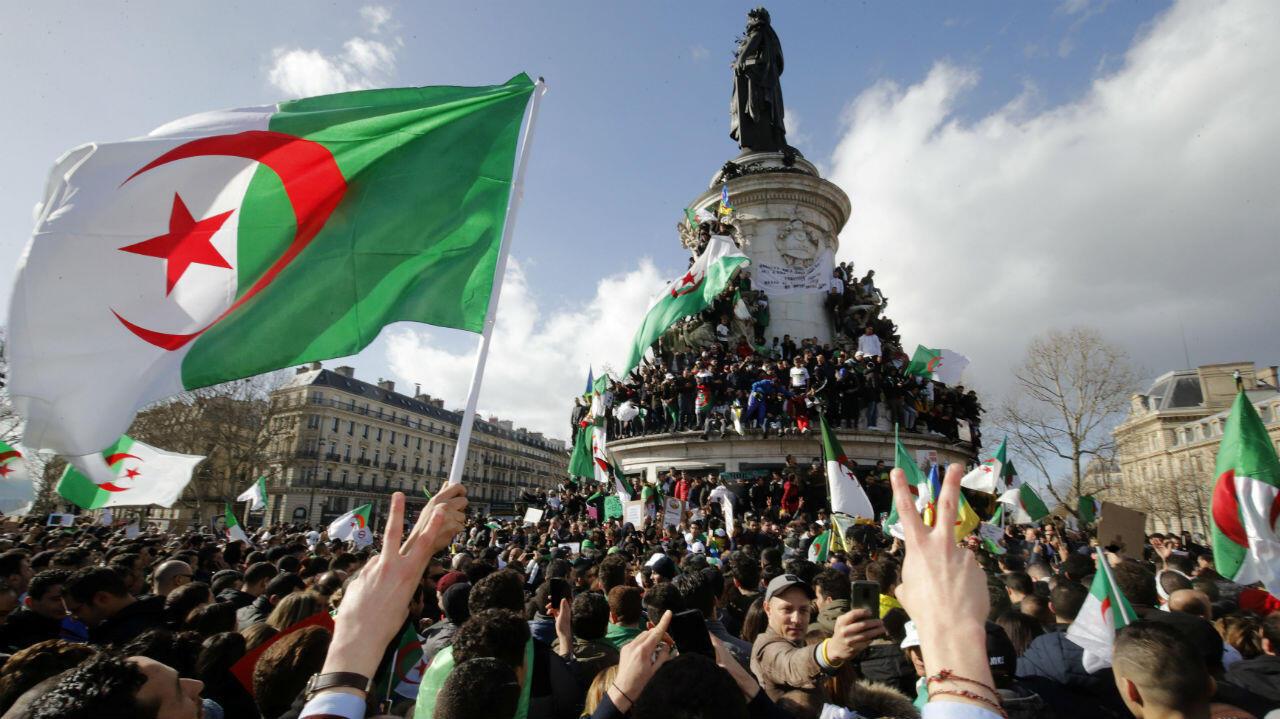Manifestación argelina en la plaza de la República en París, Francia. 10 de marzo de 2019.