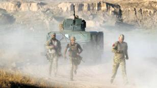 Des membres des forces irakiennes avancent vers la ville de Falloujah, le 23 mai 2016.