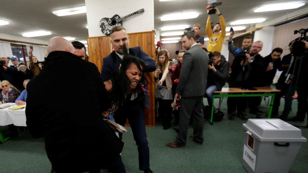 En Praga, una activista de Femen fue detenida por los guardaespaldas del presidente Zeman durante la jornada electoral del 12 de enero.
