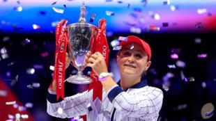 Ashleigh Barty pose avec le trophée après avoir remporté le Masters WTA face à l'Ukrainienne Elina Svitolina, dimanche 3 novembre 2019.