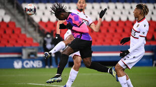L'attaquant italien Moise Kean donne la victoire au Paris-SG en marquant de la tête lors du match de Ligue 1 à domicile contre Nice, le 13 février 2021
