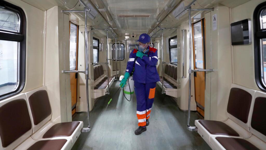 Un trabajador rocía desinfectante en un tren del metro mientras continúa la propagación del Covid-19, en Moscú, Rusia, el 25 de marzo de 2020.
