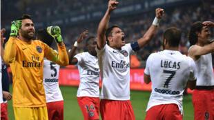 Les joueurs parisiens célèbrent le titre après leur victoire à Montpellier (1-2), samedi 16 mai.