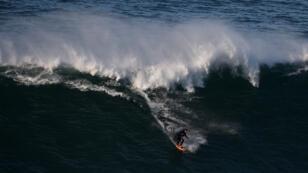 Rodrigo Koxa en pleine séance de surf, en novembre 2014, à Nazaré dans le centre du Portugal.