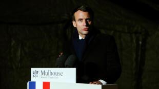 إيمانويل ماكرون بعد زيارته لمستشفى ميداني عسكري في مولوز، فرنسا، 25 مارس/ آذار2020