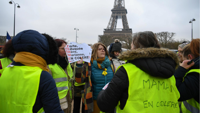 Un grupo de mujeres que hacen parte de las movilizaciones de los 'chalecos amarillos' forman acrósticos usando la palabra 'Femme' (mujer en francés), en la décima edición de las manifestaciones. 20 de enero de 2019.