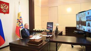الرئيس الروسي فلاديمير بوتين يحضر اجتماعا حول الدراسات الجينية عبر الفيديو، قصر نوفو أوغاريوفو في ضواحي موسكو، 14 أيار/مايو 2020