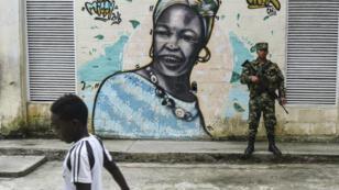 Un soldado de la Armada colombiana se encuentra en una calle del municipio de López de Micay, Departamento del Cauca, en el suroeste de Colombia, cerca del océano Pacífico, Colombia, el 6 de noviembre de 2018.