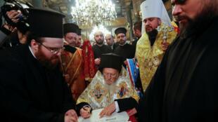 El patriarca ecuménico Bartolomé I y metropolitano Epifanio, jefe de la Iglesia ortodoxa de Ucrania, asisten a la ceremonia de firma de la independencia de la nueva Iglesia ortodoxa ucraniana, en la catedral de San Jorge, sede del Patriarcado ecuménico, en Estambul, Turquía, el 5 de enero de 2019.