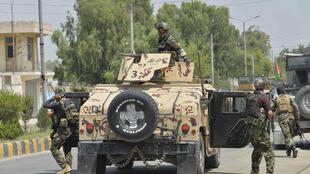 وصول جنود أفغان على متن عربة هامفي إلى سجن في جلال أباد خلال تعرضه لهجوم،الاثنين 3 آب/اغسطس 2020