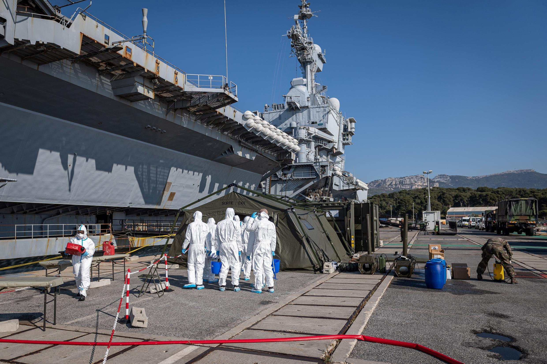 Operación de desinfección alrededor del portaaviones Charles de Gaulle tras su llegada a Toulon, el 12 de abril de 2020.