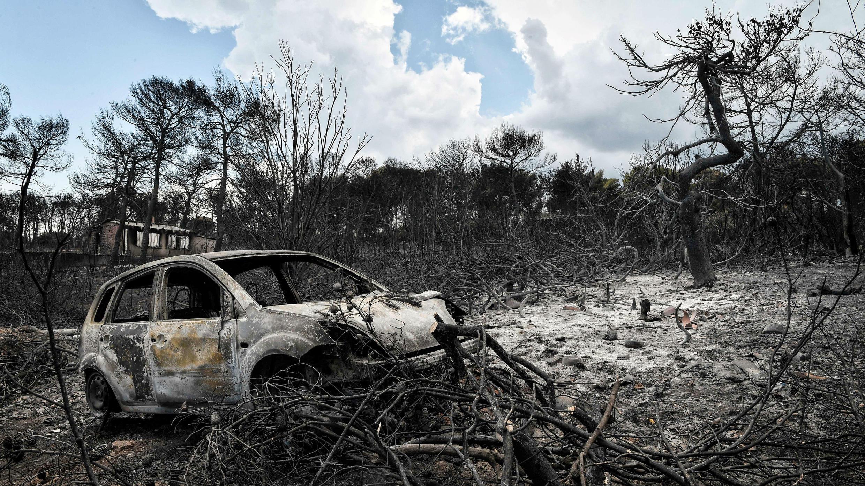Ruinas de un vehículo carbonizado tras los incendios en Grecia. 27 de julio de 2018.