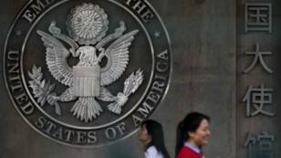Archivo: mujeres ingresan a la sección de solicitud de visa de la Embajada de los EE. UU. en Beijing, el 31 de mayo de 2013.