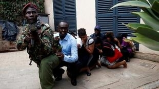 قوات الأمن الكينية تخلي بعض المدنيين من موقع الهجوم بنيروبي 15 يناير/ كانون الثاني 2019