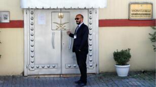 Un officier de sécurité posté devant la porte du consulat saoudien à Istanbul, le 28 octobre 2018.