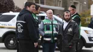 Un equipo de 'Chesed Shel Emes Emergency Services and Recovery Unit' delante de la sinogoga Tree of Life, este 28 de octubre de 2018, en Pittsburgh.