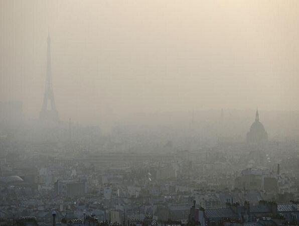"""العاصمة باريس تحت ضباب ملوث وكثيف يكاد يمنع رؤية برج """"إيفل"""""""