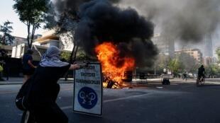 Des manifestants bloquent une route lors d'une mobilisation contre la politique économique du gouvernement à Santiago du Chili, le 6 novembre 2019.