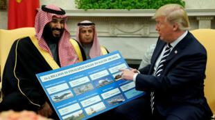 Le président américain Donald Trump détaille, le 20 mars 2018, les différents contrats conclus avec l'Arabie saoudite de Mohammed ben Salmane (1er à gauche).