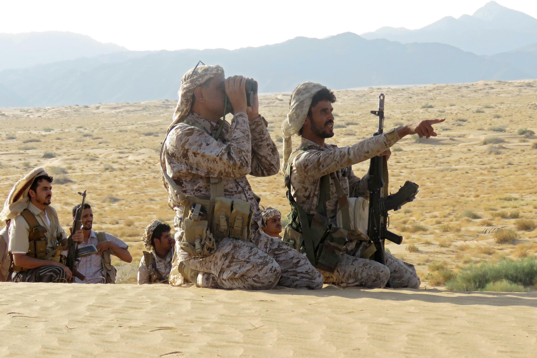 مقاتلون موالون للحكومة اليمنية المدعومة من السعودية على خط المواجهة في مواجهة المتمردين الحوثيين المدعومين من إيران في محافظة مأرب شمال شرق البلاد في 27 أيلول/سبتمبر 2021