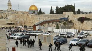 Des forces de sécurité israéliennes patrouillent le long du mur d'enceinte ouest du Dôme du rocher, le 5 décembre 2017.