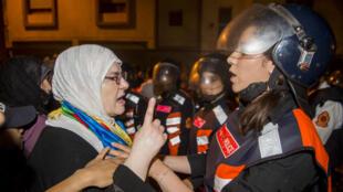 Policiers et manifestants se font face, à Al-Hoceima, le 29 mai 2017.