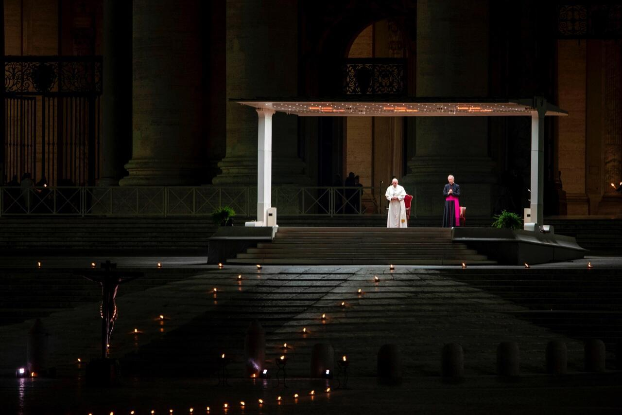 El papa Francisco preside el viacrucis ante la plaza de la Basílica de San Pedro completamente vacía en la Ciudad del Vaticano el 10 de abril de 2020 como parte de las medidas para contener la propagación del brote de Covid-19.