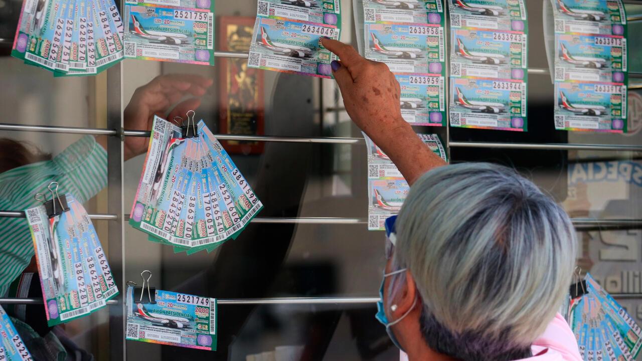 Una mujer compra un boleto de lotería, en la víspera de la rifa del avión presidencial mexicano, en Ciudad de México, México, el 14 de septiembre de 2020.