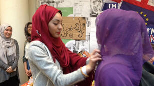 """Des étudiantes de Sciences-Po Paris essayent un voile islamique à l'occasion du """"Hijab day"""", le 20 avril 2016."""