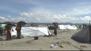 Sur une plage du Bangladesh, des Rohingya attendent de prendre la mer pour le Bangladesh.