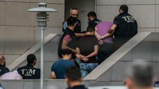 Des soldats turcs soupçonnés d'avoir participé au coup d'État manqué arrivent au palais de justice d'Istanbul, le 20 juillet 2016.