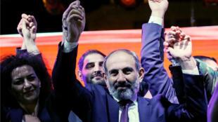 El líder de la oposición Armenia, Nikol Pashinián, asiste a una manifestación en Ereván, Armenia, el 1 de mayo de 2018.